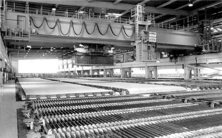 Beispiel einer großindustriellen elektrolytischen Metallgewinnungsanlage ('electro-winning') bei der große Becken die zinkhaltige Lösung enthalten